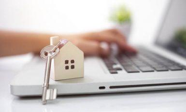 Jeune entrepreneur qui ouvre une agence immobilière depuis son domicile avec son ordinateur