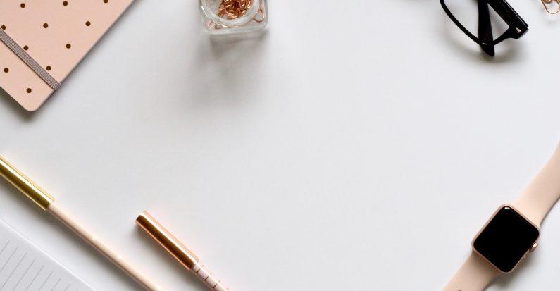 Plusieurs accessoires de papeterie sur un bureau blanc