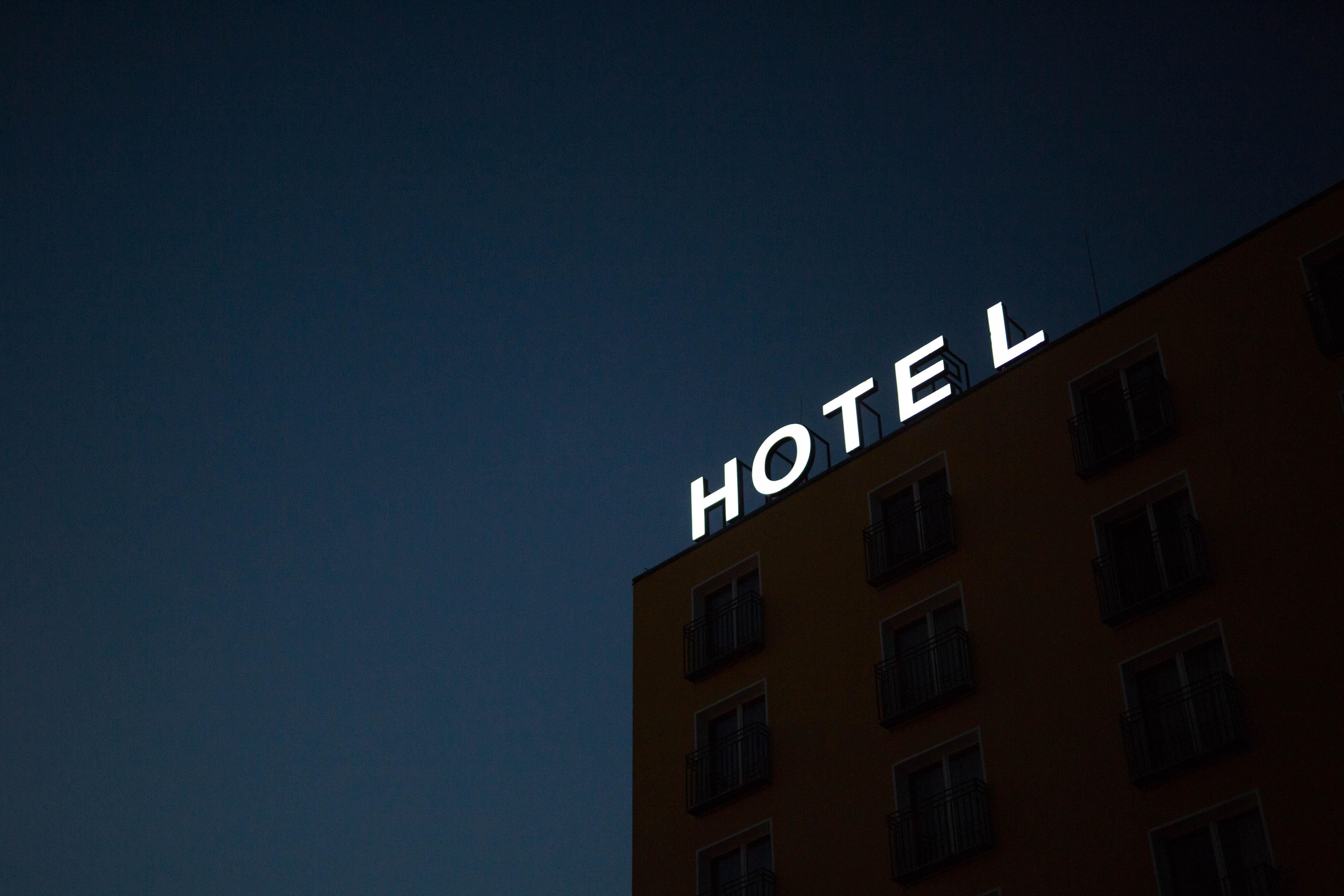 """Néon """"Hotel"""" en haut d'un immeuble, la nuit"""