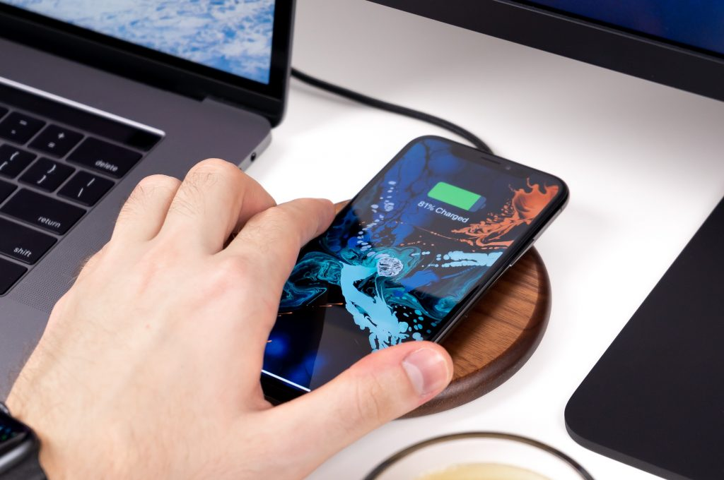 Batterie externe sans fil avec un smartphone qui charge