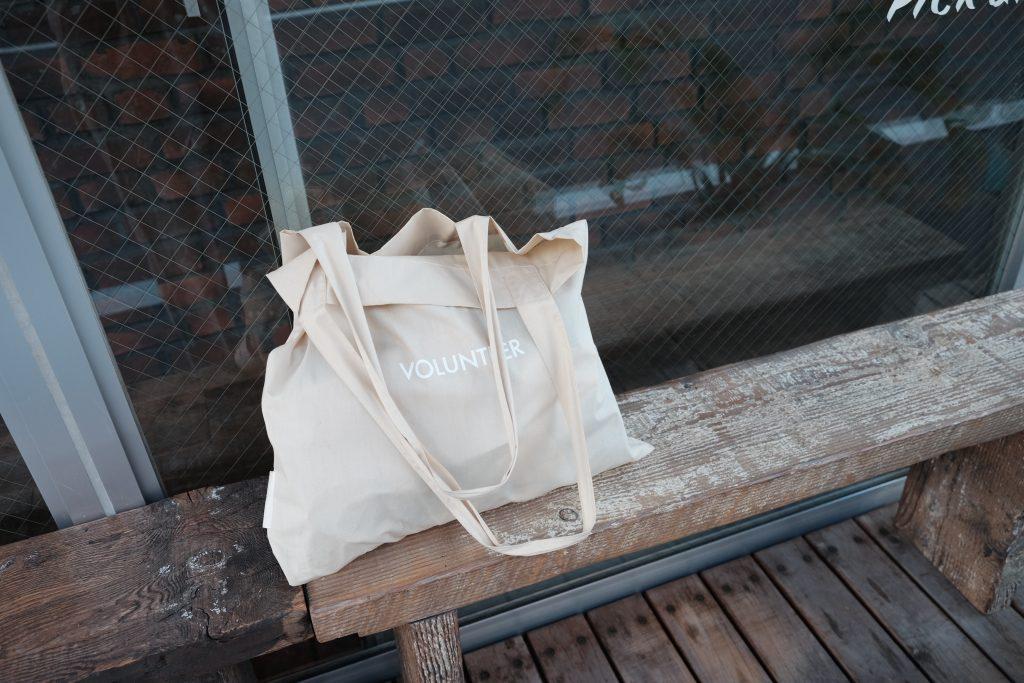 Tote bag blanc sur un banc
