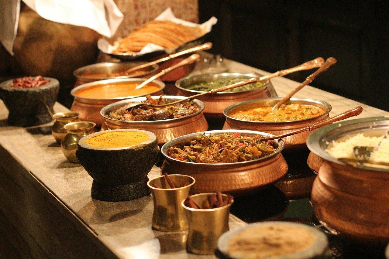 table remplie de plats cuisinés